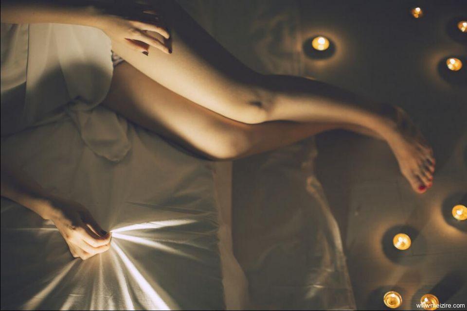 18岁美女私房rosi写真照片,美腿特写,只穿小内内