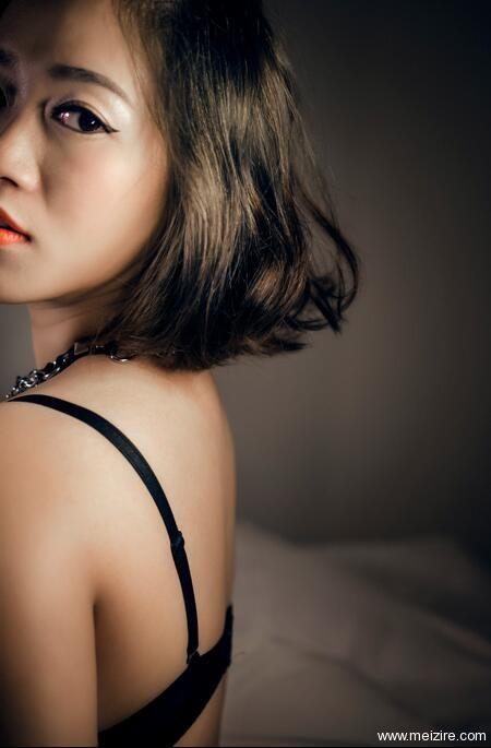 爆乳短发戴猫项圈铃铛的美女,抽烟也如此性感