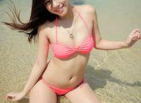 阳光美女秋天享受温暖沙滩