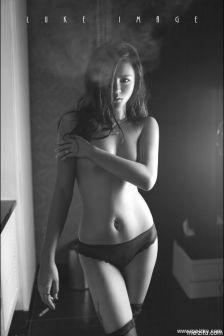 寂寞的夜,Katina全裸黑白迷幻诱人