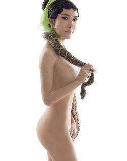 龚玥菲全裸与蛇共舞 新写真被批大尺度