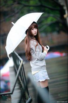 大眼睛气质可爱型美女,蒙蒙细雨中美拍