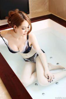 侯诗晨青秀迷人内衣浴缸大露酥胸