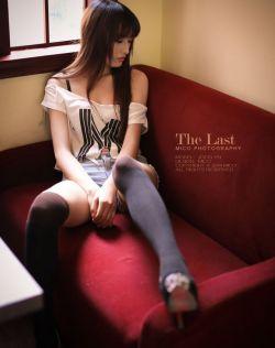 黑丝袜大长腿美女妹子在咖啡屋的性感写真