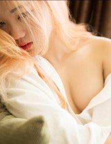 黄发少女单穿白色衬衣露肩露胸尽显性感诱惑