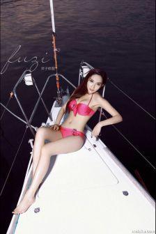 美女海边游艇比基尼性感大片