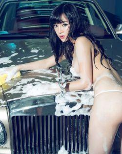 韩子萱全裸洗车姿态撩人