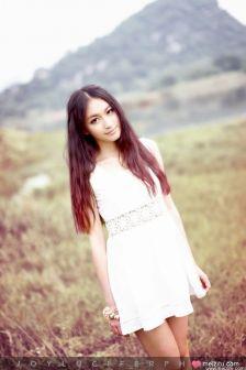 黄色调长发及腰美女