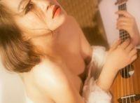 短发大眼美女露肩白裙性感艺术照