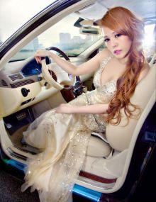 林妍美低胸礼服豪车酥胸尽显S曲线