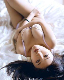 侯嘉译丰腴巨乳性感床照