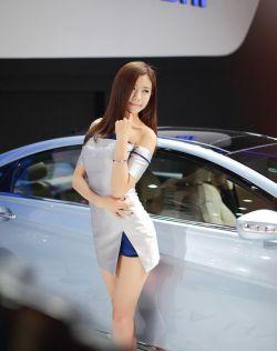 车展上万众瞩目的性感漂亮车模,吸引大家的目光