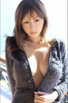 杉原杏璃脱下黑色外衣尽显性感身材写真照