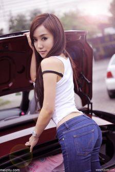 香车美人李洛冰紧身穿着秀翘臀酥胸