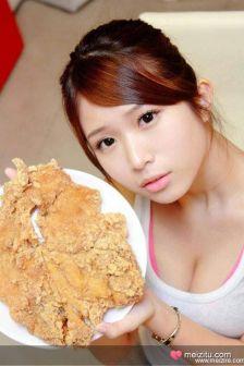 """台湾19岁嫩模郑佳甄""""鸡排妹""""童颜巨乳爆红"""