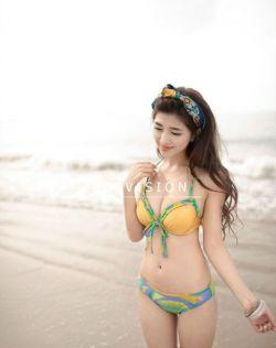 性感美女在沙滩边的泳装写真,完美身材一览无余