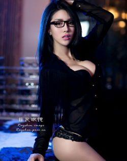 波霸长腿性感美女代言眼镜,大秀风骚,男同胞们的眼睛肯定都在胸前