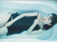 黑色吊带裙少女浴缸与金鱼私房照