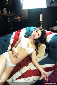 王妡蕾惹火英伦复古写真