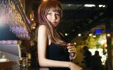 酒吧里的女孩嘴唇很性感