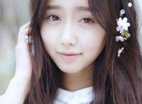 美眉纯净无暇的微笑在樱花飞舞时