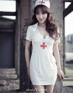 成熟丰满的性感护士,护士装写真展现制服诱惑