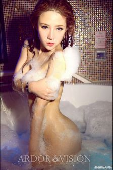 妃小美全裸湿身挑逗,美臀诱人