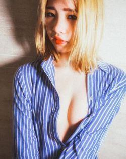 黄发纹身美女浴室衬衣真空上演湿身福利
