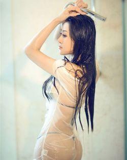 张涵楚浴室湿身白皙诱人