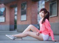 清纯甜美阳光有活力的邻家小女雅筑外拍,超短裤大秀美腿