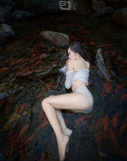 迷人曲线,美女溪水中沉鱼落艳