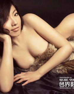 模特晨晨全裸酥胸皮草遮体抚媚动人