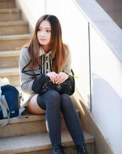 清纯女孩在冬日里享受阳光